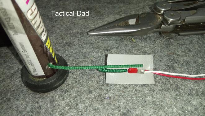 """Man kann die Hülse vom Elektrozünder auch einfach weglassen. Ein Stück zusätzliche """"Visco"""" Zündschnur erhöht die Zuverlässigkeit."""
