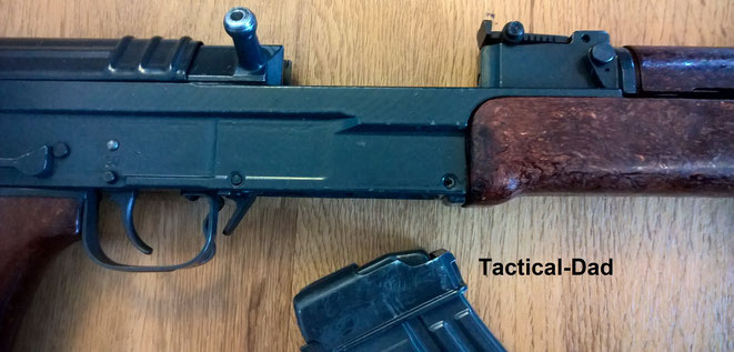 Deko VZ-58 Gewehr (Samopal): Verschluss arretiert. Wenn das Magazin eingeführt wird ist es so bereit um mit Ladestreifen geladen zu werden.
