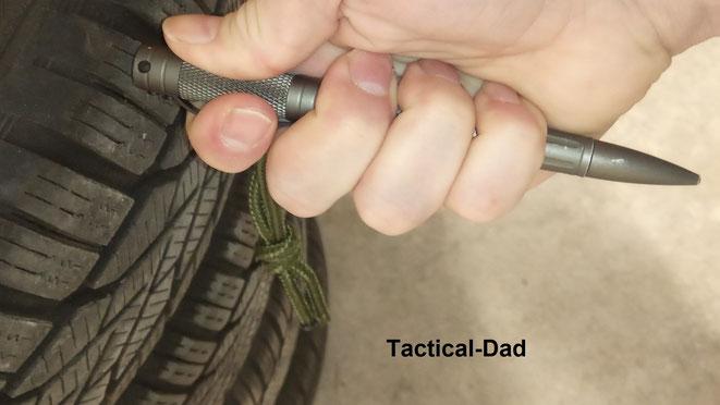 Zum geraden Stoß muss mit dem Tactical-Pen, oder Kubotan, umgegriffen werden. Reifen eignen sich gut zum Training und zeigen einem schnell die Grenzen dieser Waffen.
