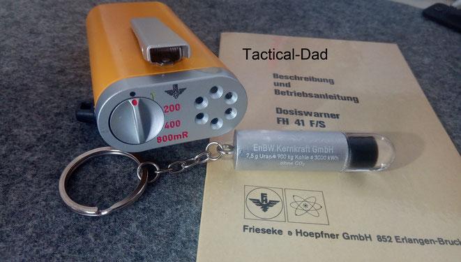 Das hier ist das FH 41S Dosiswarngerät von Frieseke & Hoepfner für den Strahlenschutz. Daneben ein Uranpellet Replik von EnBW.
