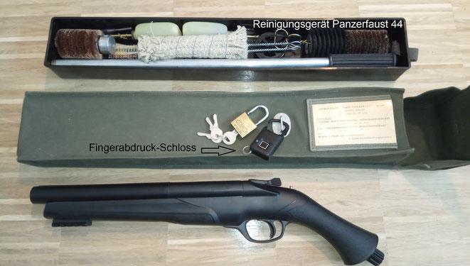 Zur rechtlich vorgeschriebenen Lagerung passt die Tasche des Panzerfaust 44 Reinigungsgerätes perfekt. Das ist die damalige leichte Panzerfaust der Bundeswehr, sie ist übrigens mit einem Kammerverschluss für .22er Platzpatronen zur Zündung ausgestattet.