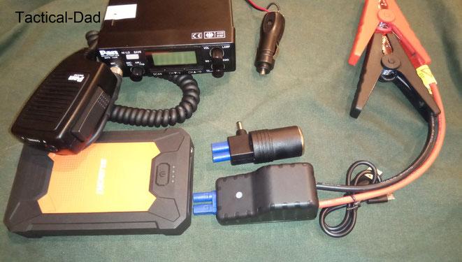 """Meine Suaoki Powerbank verfügt über einen USB und einen 12v Anschluss. Damit kann ich ein CB Funkgerät betreiben, das Handy laden, oder auch das Auto notfalls starten (""""Jump Starter"""")."""