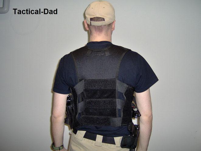 Taktische Einsatzwesten werden mit Klettschriftzügen auch zur Kenntlichmachung verwendet. Dafür werden sie dann über der Kleidung getragen. Auch die 5.11 Weste eignet sich dafür.