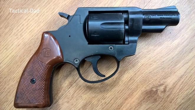 AKAH (Röhm) Hubertus Revolver. Auf den Griffschalen kann man das Röhm Logo erkennen.