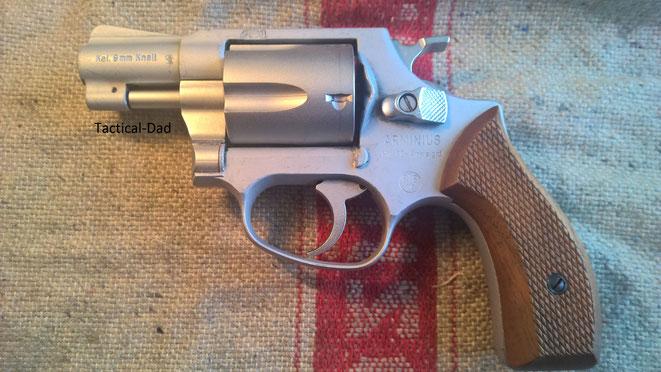 Der HW88 Airweight Revolver von Arminius / Weihrauch. Er ist recht gut verarbeitet, hat eine Trommel aus Stahl und einen Rahmen aus Alu. Er wiegt 383 Gramm.