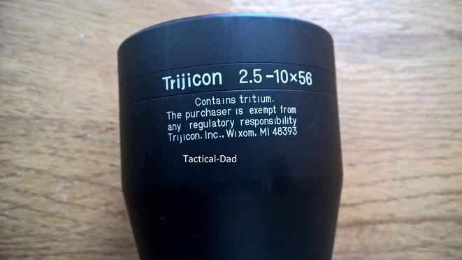 Warnhinweis auf das beinhaltete Tritium im Trijicon Zielfernrohr.