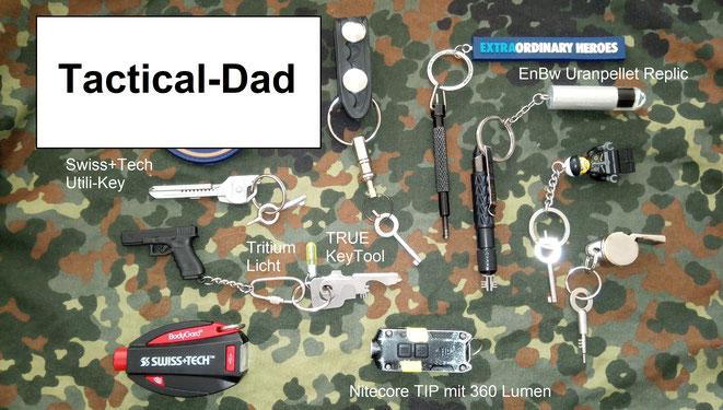 Diverse Handschellenschlüssel und Fesselschneider zusammen sinnvollen und weniger sinnvollen Schlüsselanhängern.
