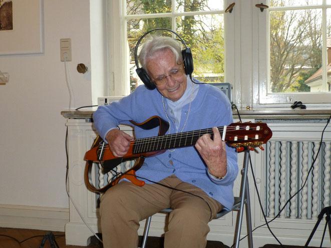 Gisela Sick probiert die neuen Silent-Instrumente  bei der Eröffnung des Georg-Scholz-Hauses der Kultur