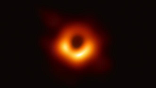 初めて撮影されたブラックホールの画像(EHT Collaborationより)