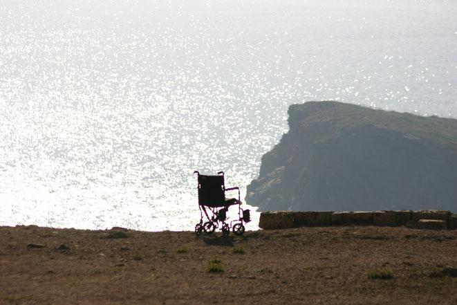海と車椅子イメージ