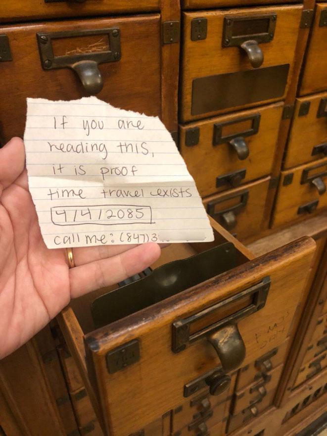 謎のメッセージが書かれた紙切れ(石松さんのツイッターより) ※引き出しのおもて右下には「EMOS only」と読める文字が走り書きされている