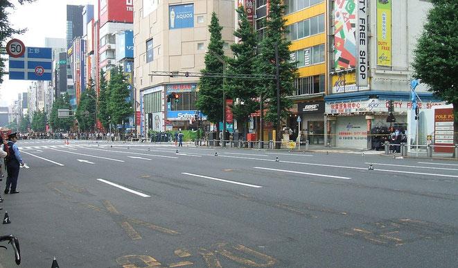 犯行現場となった中央通り(事件2時間後の様子)「秋葉原通り魔事件」Wikipediaより。