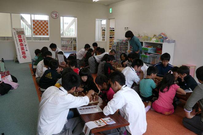 児童館や小学校でこけスゲーム体験会 & こけス世界大会を開催