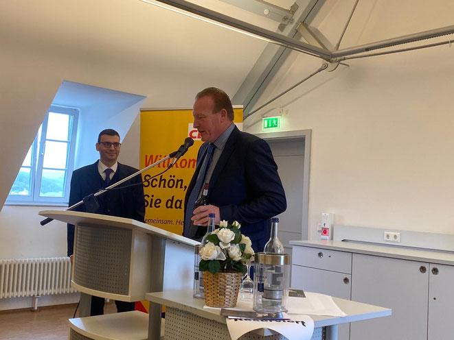 Axel Fickeis verabschiedet den langjährigen Stadtrat Matthias May, der sein Mandat niederlegt und aus beruflichen Gründen nach Trier wechseln wird.