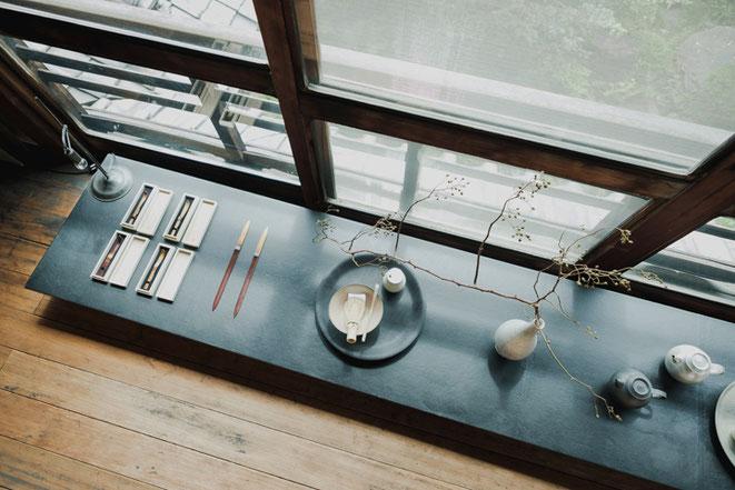 窓辺にペーパーナイフや旅茶杓、茶杓ほか茶の湯の道具など(Analogue Life)