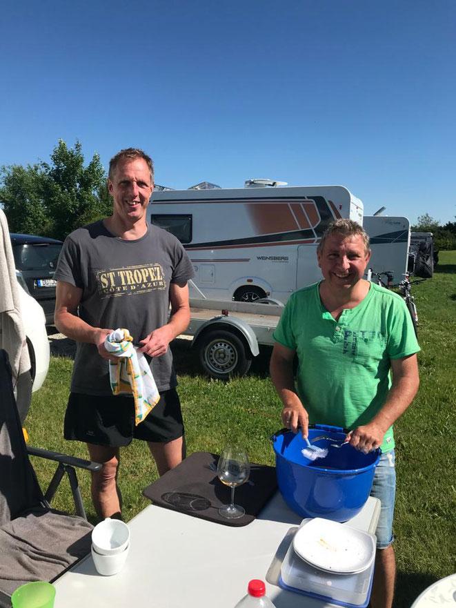 Camper-Männer beim Abwasch :-)