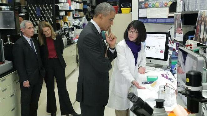 2015年、武漢ウイルス研究所を訪問するオバマ元大統領とファウチ博士。