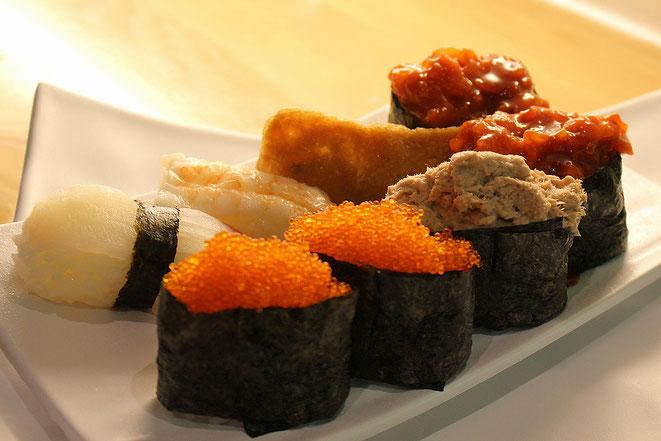 Japanische Sushi-Spezialitäten: Sushi, Nigiri und Gunkan