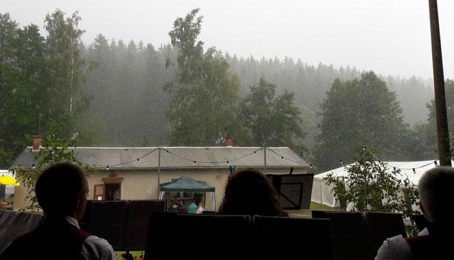Die Adorfer Blasmusikanten, lassen sich von ein bisschen Regen nicht unterkriegen ...