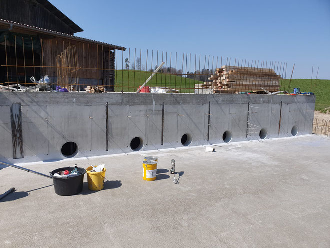 Betonarbeiten im Untergrund des neuen Schweinestalls (runde Ausläufe der Güllekanäle)