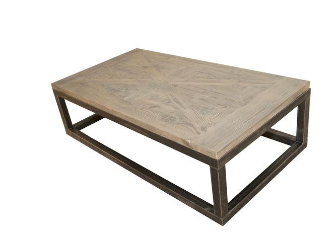 Massiver Couchtisch im Industrie Design mit massiver Tischplatte aus Altholz, Tischgestell in dickem Rohstahl.