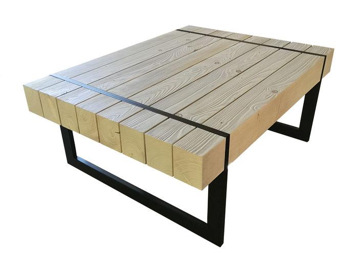 Couchtisch im Industriedesign mit Tischplatte aus langen massiven Holz Balken mit umlaufendem Tischgestell aus Stahl.
