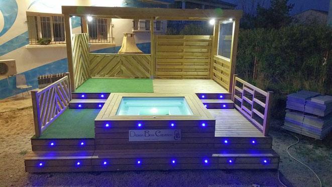 Ensemble mini piscine balnéo avec modules terrasses éclairés