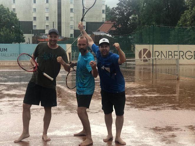 Auch der Wolkenbruch nach dem Spiel konnte der Freude von Flo, Raini und Rene nichts anhaben
