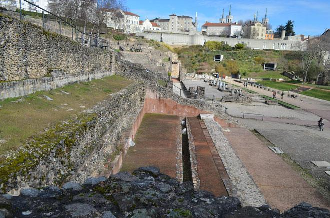 Vue du sud avec, principalement, le mur de terrasse reconstruit et le réservoir