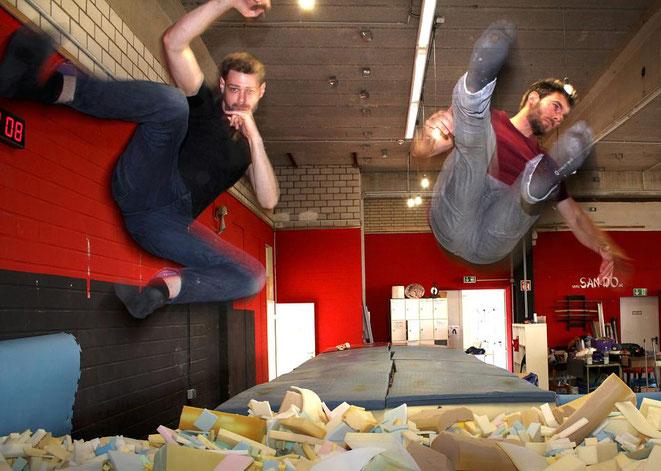 """""""Action"""" in der neuen Trainingshalle für """"Parkour"""": Benni und Didi Haas junior springen mit Anlauf ins Schaumstoff-Becken, die """"Schnitzelgrube"""" ist ein Höhepunkt beim Parkour in der Halle. FOTO: cka"""