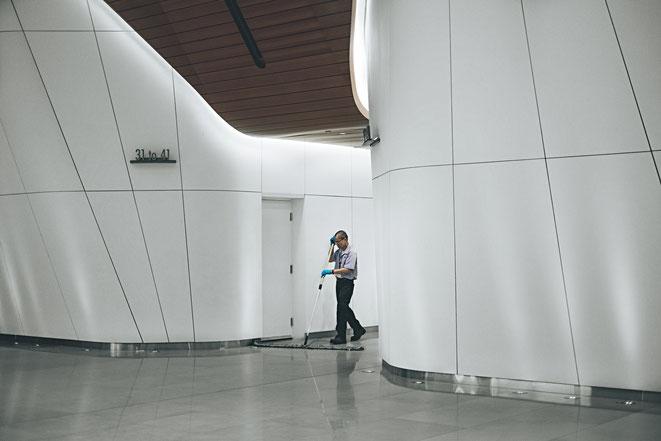 Die tägliche Reinigung von Büros, Flure, Sanitärbereiche und Eingangsbereiche ist ein muss für Unternehmen hygenischen gründen und dem Werterhalt
