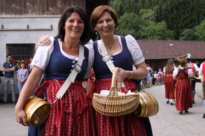 """als Marketenderinnen der Steinfelder Schützen fungierten diesmal Ruth Tschabitscher und """"Ladele-Chefin"""" Margarethe Brandner"""