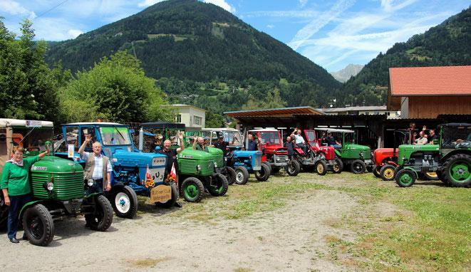 die Oldtimer-Traktoren mit ihren stolzen Besitzern