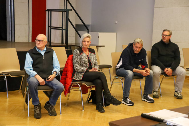 meine Kinder Sandra, Hannes, Simon und ich lauschen den Worten von Bgm. Tschabitscher