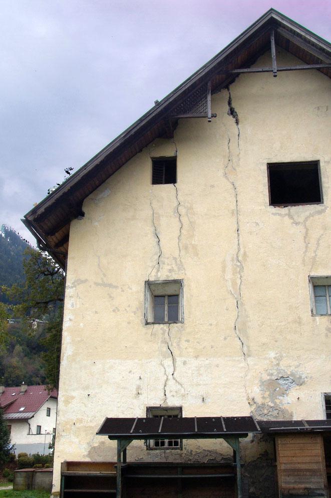 Mauerrisse auf allen Seiten durchziehen das gesamte Gebäude