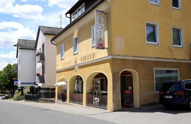 Cafe Troja mit Balustrade vor dem Lokal in der Nähe des Hauptplatzes bzw. unweit  der Sparkasse