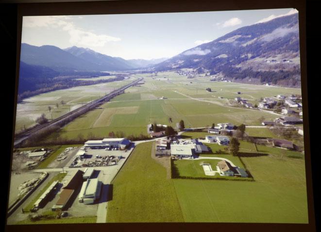 das Standort-Grundstück im Hintergrund - westl des besteh. Gewerbegebietes zw. B 100 u. Siedlung Am Anger