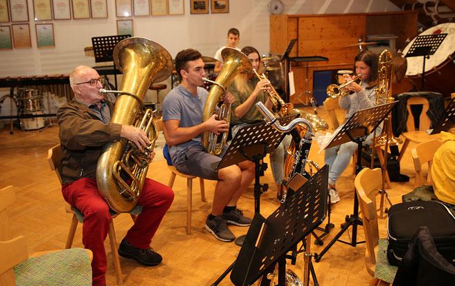 """die Sensation des Tages war nebenbei das Antreten des """"Beobachters"""" Sepp Fercher, dem, ob seines außergwöhnlichen Talentes auf der Tuba, sofort ein Auftritt mit der Steinfelder Big Band in Aussicht gestellt wurde."""