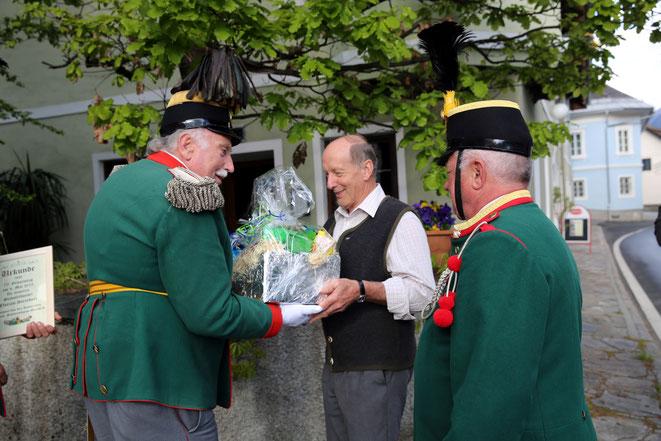 Oberleutnant Hans Mußnig überreicht dem Jubilar einen Geschenkskorb