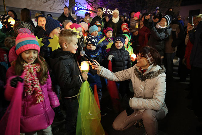 die Kinder trugen Weihnachtsgeschichten vor