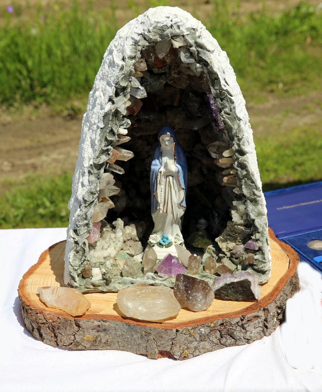 die Muttergottes in der Kristalbestückten Grotte
