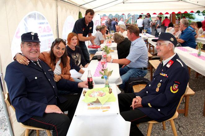nicht nur die freiwilligen Spenden waren bei diesen zwei Feuerwehr-Veteranen gut aufgehoben