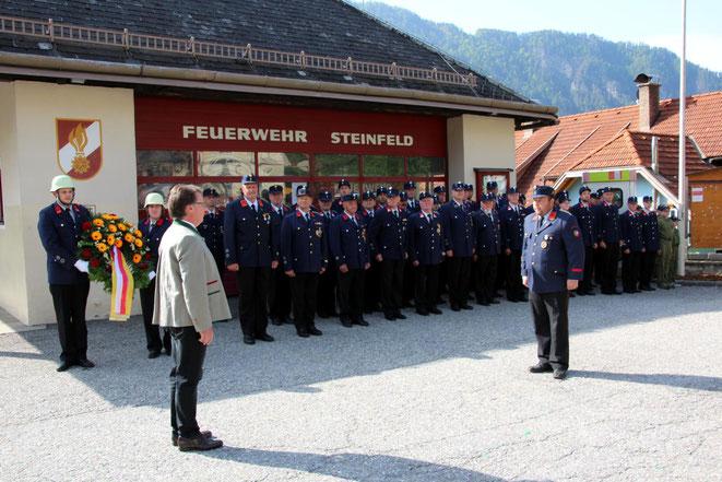 Meldung an Bgm. Ewald Tschabitscher durch den Gemeindefeuerwehr-Kommandanten Michael Pichler