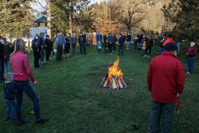 sehr viele Besucher holten sich das gesegnete Osterfeuer
