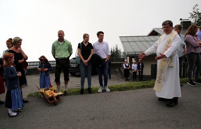 Pfarrer Franz Medryk ruft zur Prozession auf