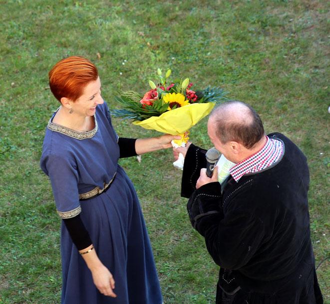als kleine Anerkennung für ihre großen Bemühungen um das Eröffnungsfest  überreichte ihr Vzbgm Josef Lerchster einen Blumenstrauß
