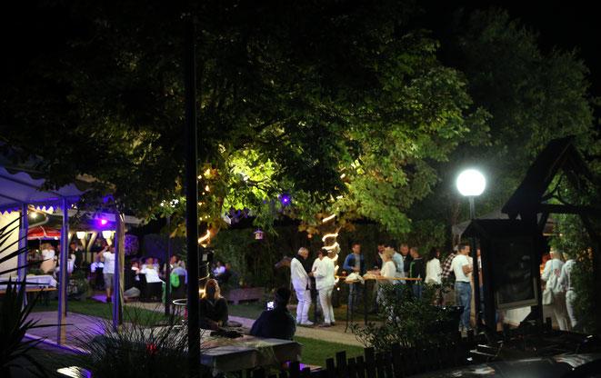 romantisch beleuchteter Gastgarten
