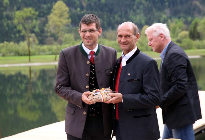Bgm. Manfred Fleißner (Mitte) mit LR Martin Gruber (li)