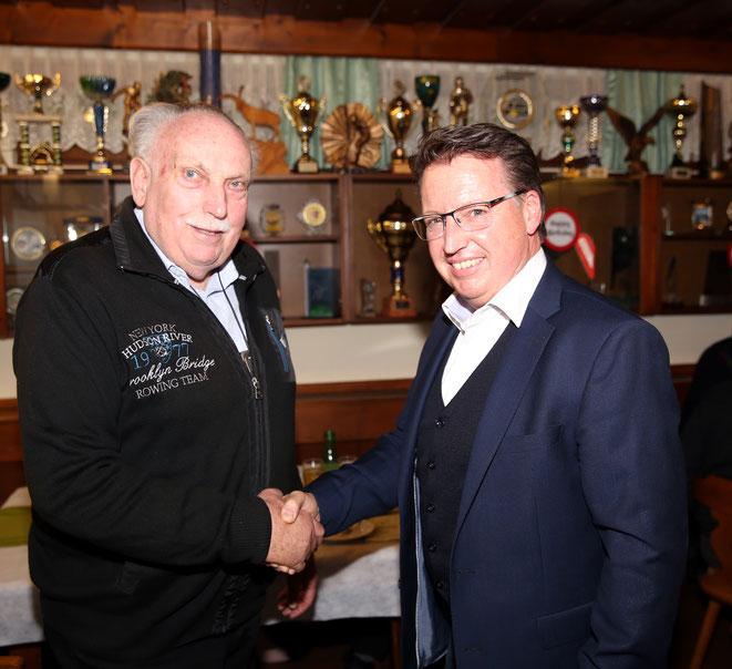auch Bgm Ewald Tschabitscher gratulierte dem Jubilar
