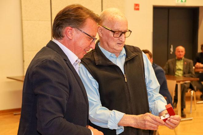 Bgm. Ewald Tschabitscher überreicht mir den Ehrenring der Marktgemeinde Steinfeld